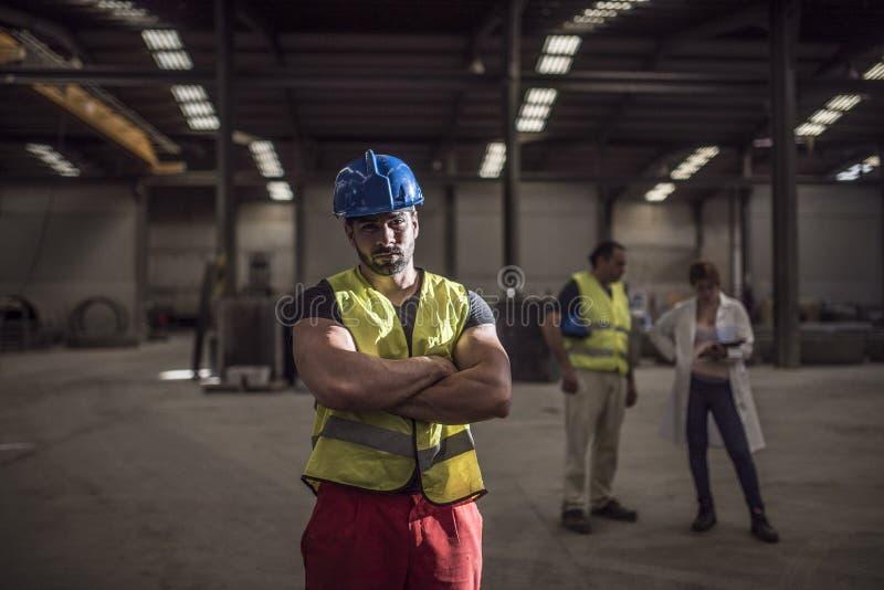 Pracownik pozuje w fabryce obraz royalty free
