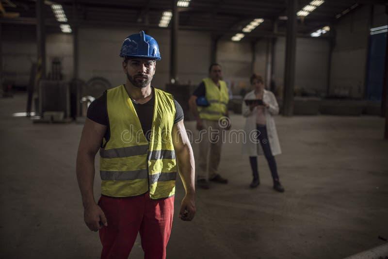 Pracownik pozuje w fabryce zdjęcia stock