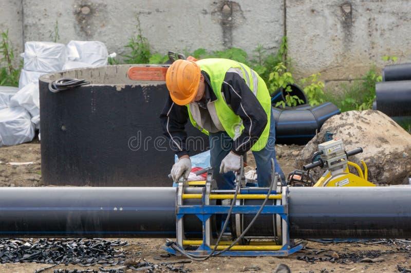 Pracownik przy budową łączy drymby fotografia royalty free