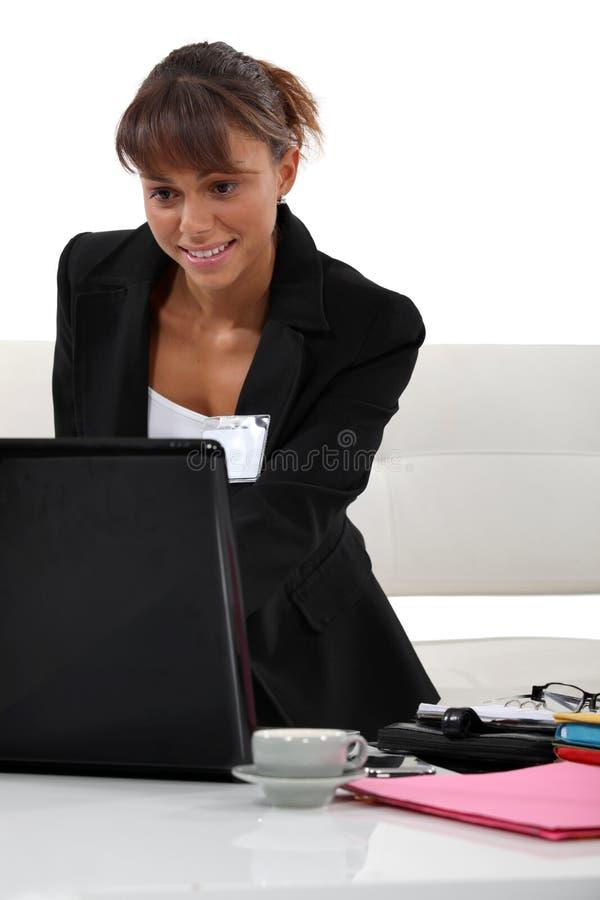 Pracownik przy jej biurkiem obraz royalty free