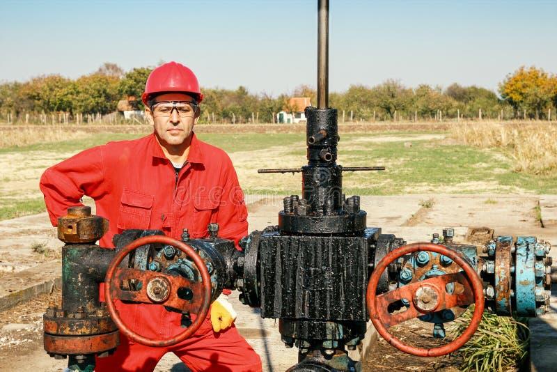 Pracownik przy szybem naftowym fotografia royalty free