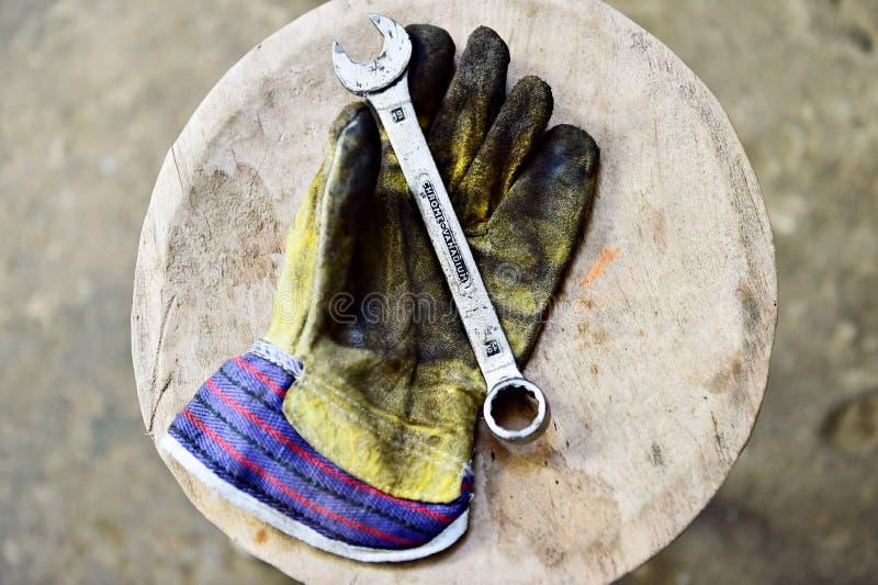 Pracownik rękawiczka trzyma wyrwanie klucz zdjęcia royalty free