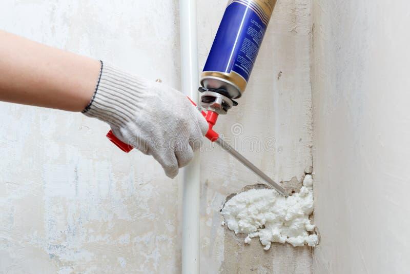 Pracownik ręki dylemat czynsz w ścianie używać polyurethane pianę fotografia royalty free