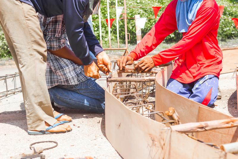 Pracownik robi formwork w miejsca constroction, pracownik kolumny pude?ka przygotowanie dla cementu w rondo budowie obrazy royalty free