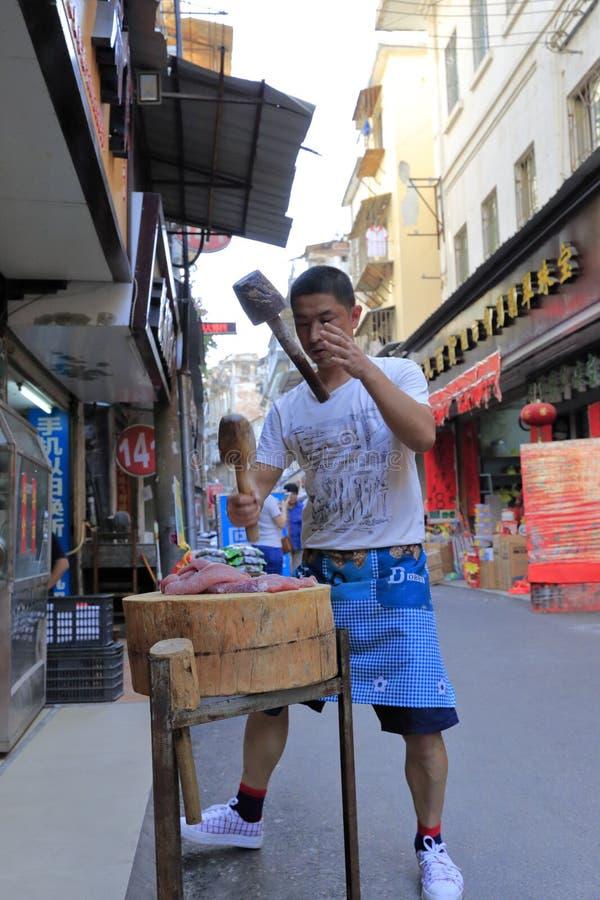 Pracownik robi mięsnemu farszowi drewnianym młotem, nożowym obraz stock