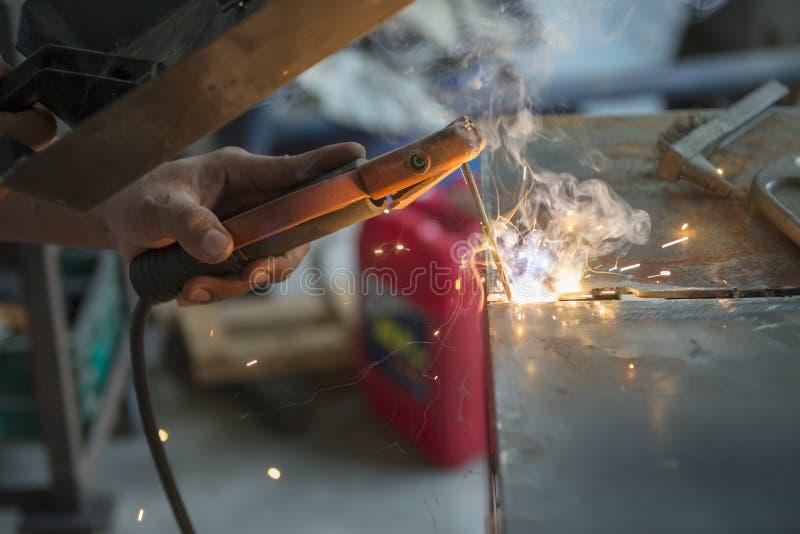 Pracownik spawa metalu talerza obrazy stock
