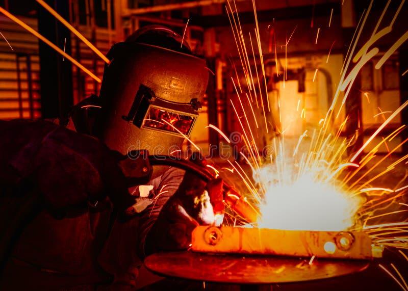 Pracownik spawa w samochodowej fabryce zdjęcie royalty free