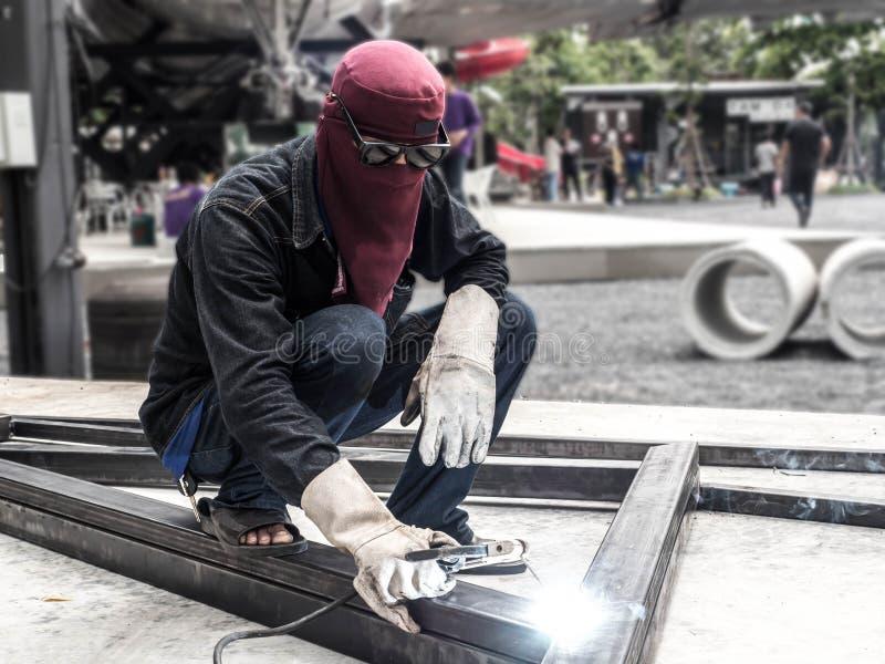 Pracownik spawalnicze części stell budowa zdjęcia stock