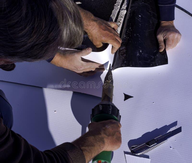 Pracownik spawki i cięcia upału PVC prześcieradło zdjęcie stock