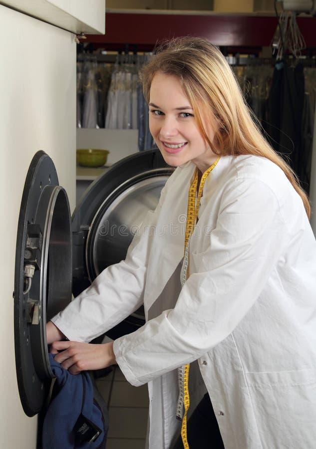 Pracownik suchego cleaning ładunki professionial pralka obraz royalty free