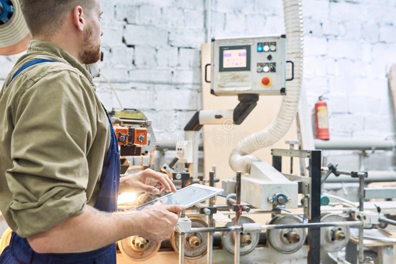 Pracownik Używa Nowożytną maszynę przy fabryką obrazy stock