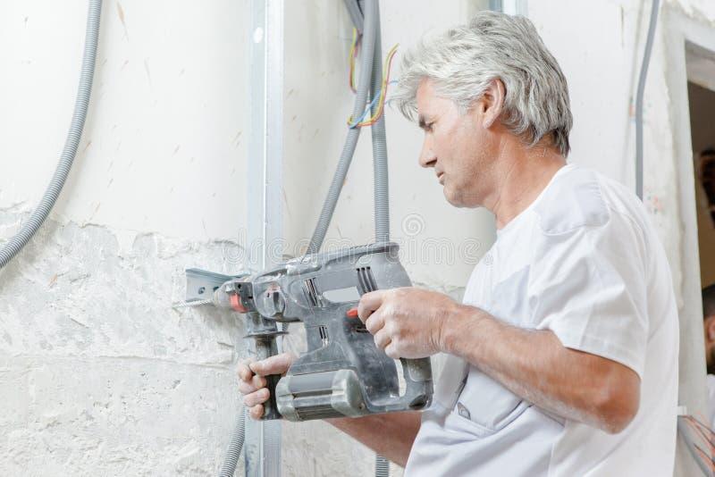 Pracownik używa pneumatycznego świder zdjęcia stock