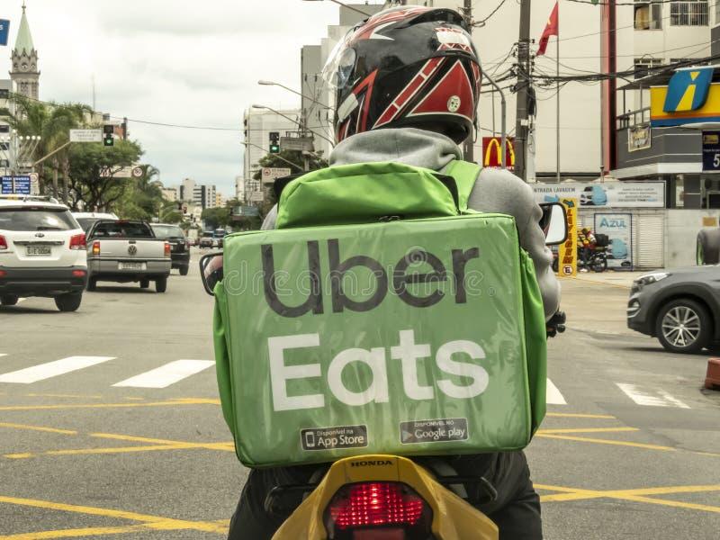 pracownik Uber Je na motocyklu zdjęcia stock