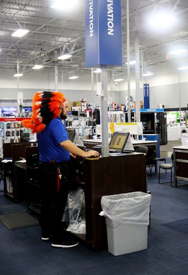 Pracownik Ubierał w rodowity amerykanin głowy sukni dla Halloween przy BestBuy Electroics sklepem w Tulsa Oklahoma 10-12-2017 obraz royalty free