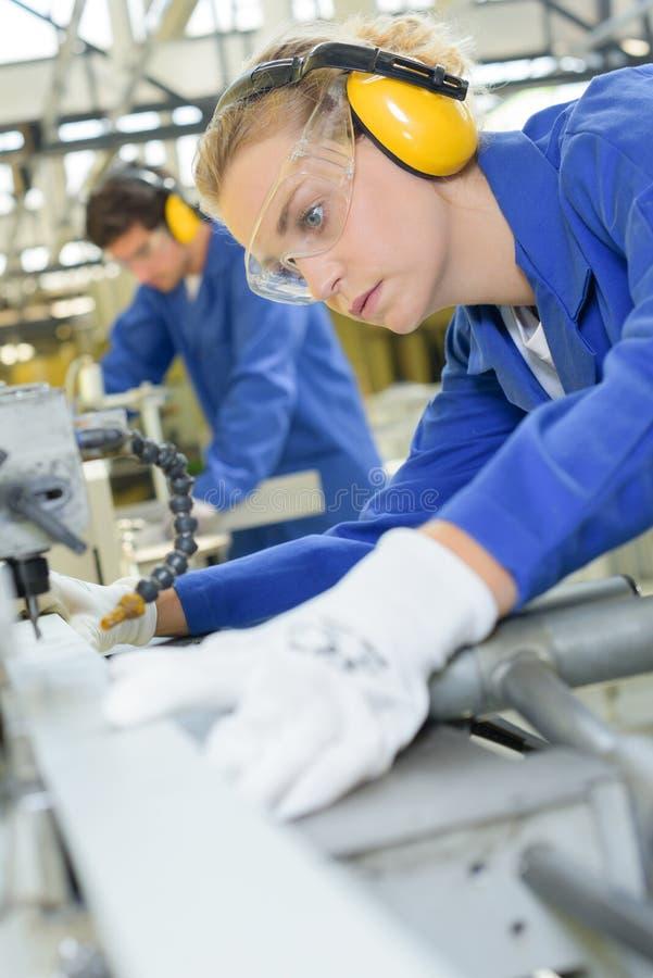 Pracownik w fabryce obrazy royalty free