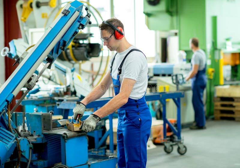 Pracownik w fabryce zdjęcia stock
