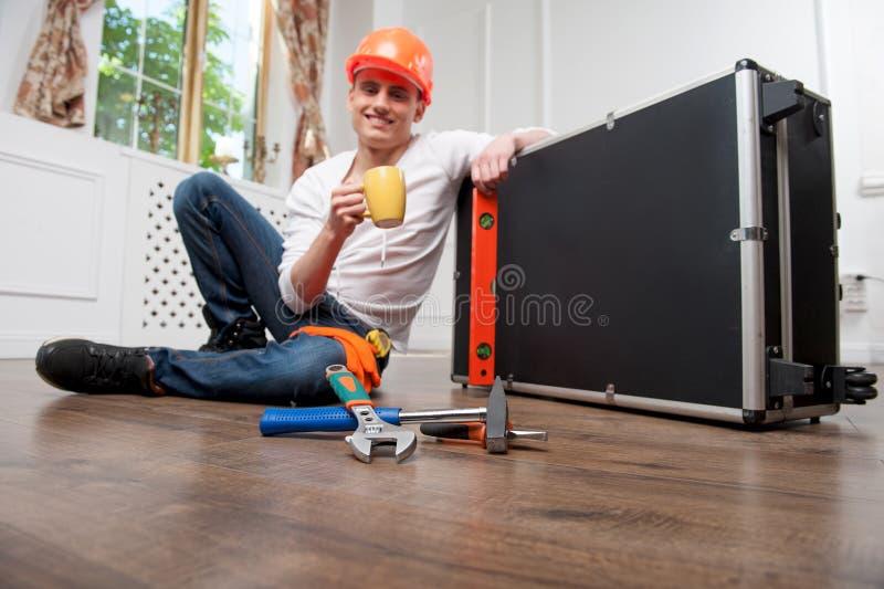 Pracownik w hełmie z filiżanką zdjęcie stock