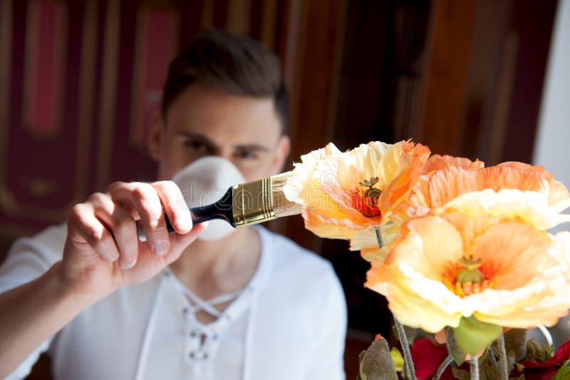 Pracownik w maskowego obrazu jaskrawych kwiatach fotografia royalty free