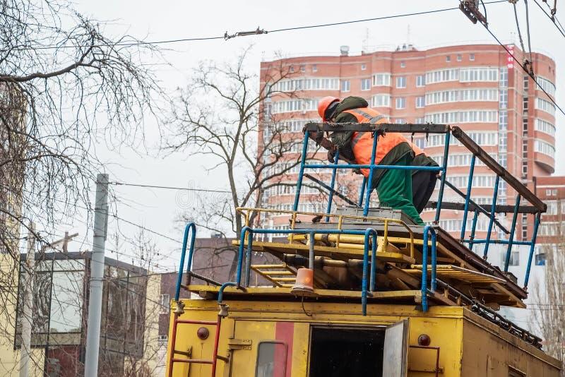 Pracownik w mundurze na odgórnej elektrycznej usługa ciężarówce zdjęcie royalty free