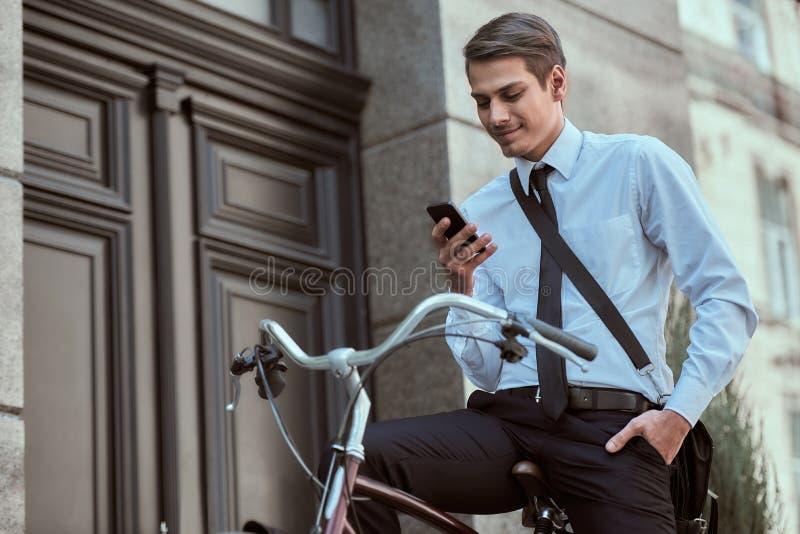 Pracownik z bicyklem zdjęcia stock