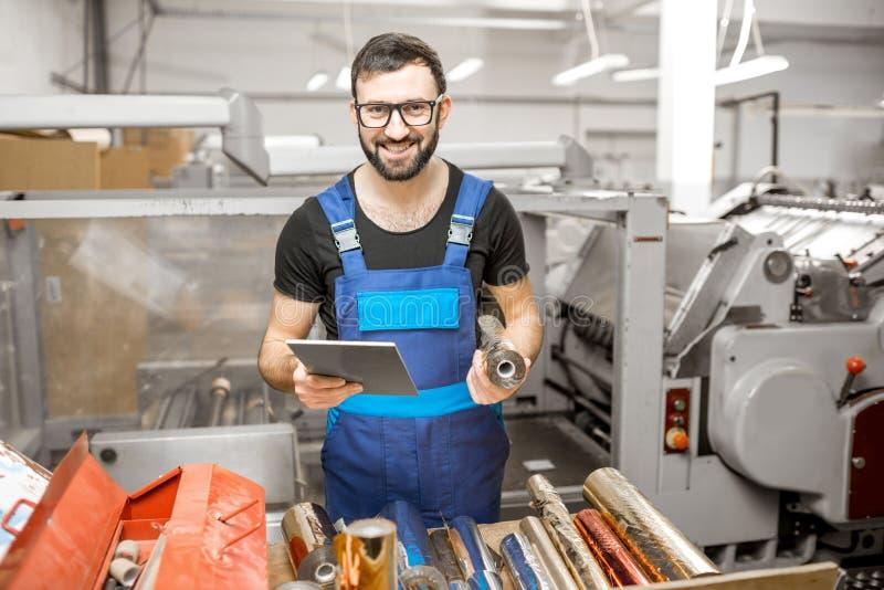 Pracownik z cechowanie folii rolkami przy produkcją zdjęcie royalty free