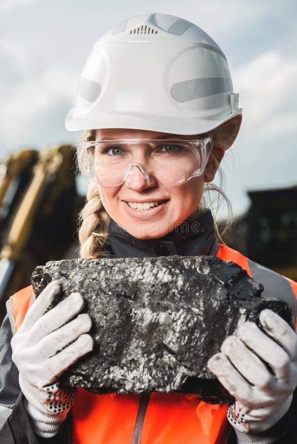 Pracownik z węglem w rękach fotografia royalty free