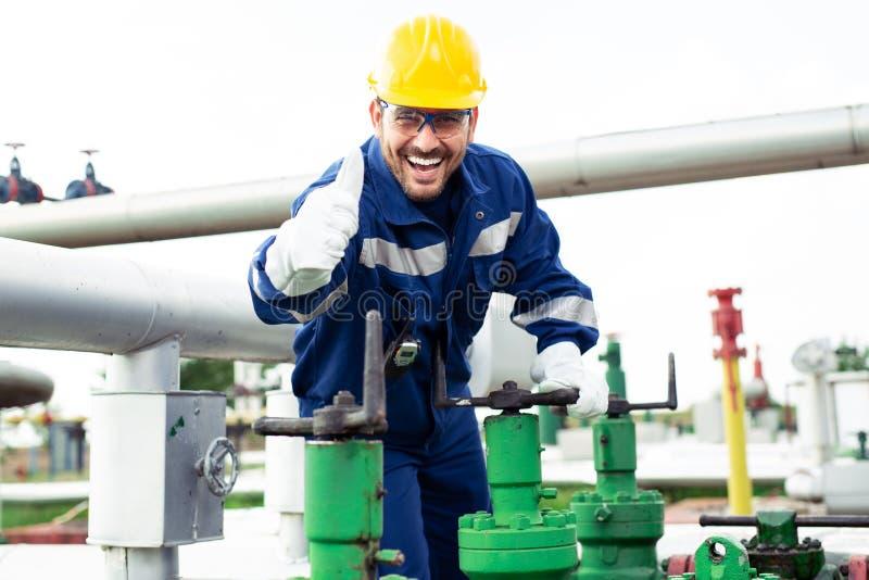 Pracownik zamyka klapę na rurociąg naftowym fotografia royalty free