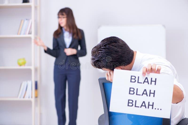 Pracownik zanudzający przy biznesową prezentacją zdjęcia stock