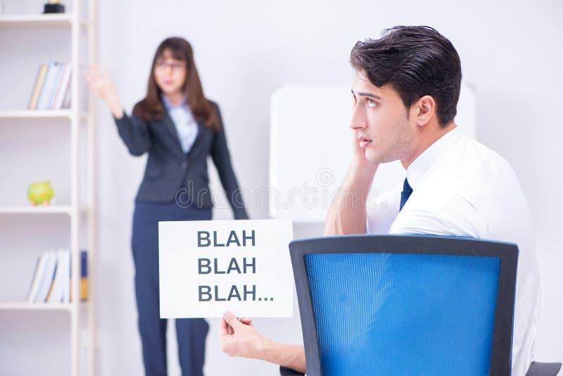Pracownik zanudzający przy biznesową prezentacją fotografia stock