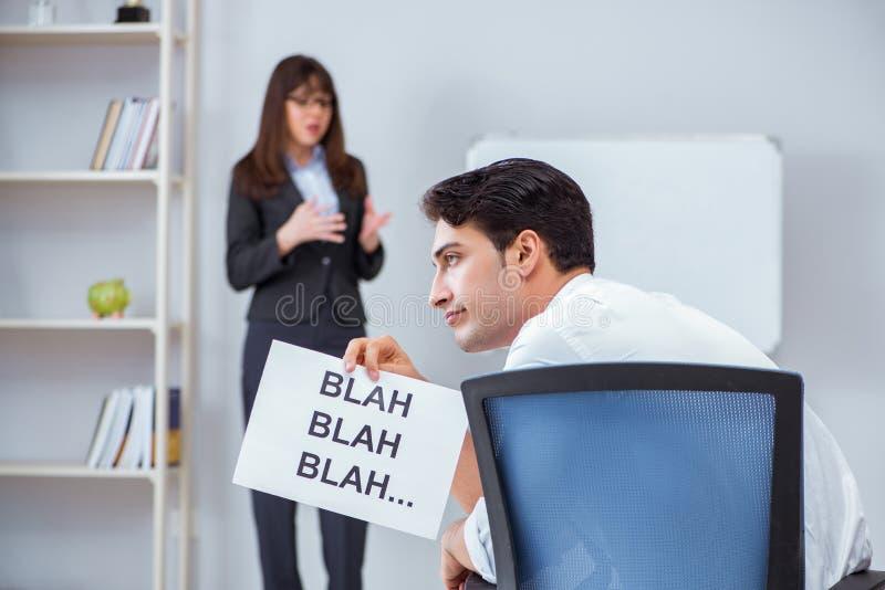 Pracownik zanudzający przy biznesową prezentacją zdjęcie stock