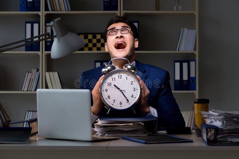 Pracownik zostaje póżno kończyć pracę na skontrum zdjęcie royalty free