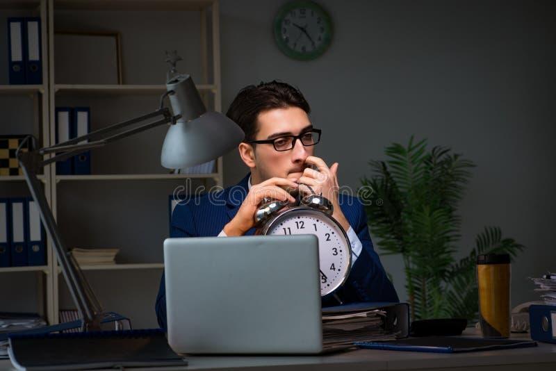 Pracownik zostaje póżno kończyć pracę na skontrum zdjęcie stock