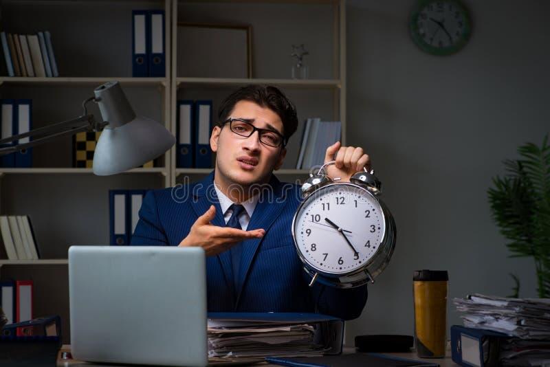 Pracownik zostaje póżno kończyć pracę na skontrum obraz stock