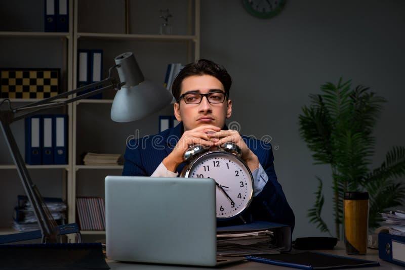Pracownik zostaje póżno kończyć pracę na skontrum zdjęcia stock