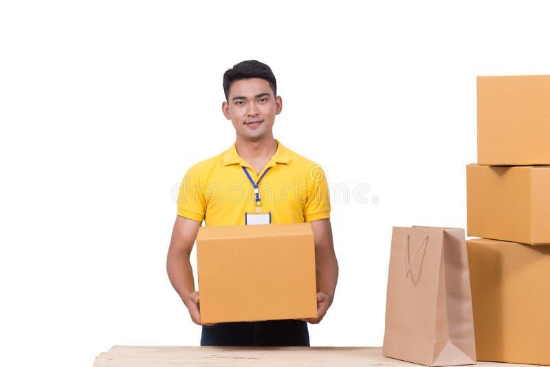 Pracownika ładunku doręczeniowego mężczyzna mienia pudełko dla usługa zdjęcia royalty free