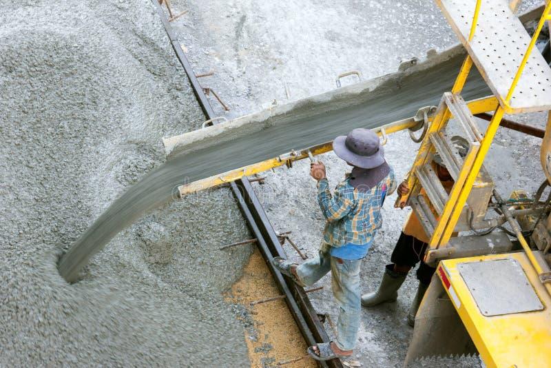 Pracownika budowlanego dolewania beton od cement ciężarówki, ludzie pracowników zdjęcie royalty free