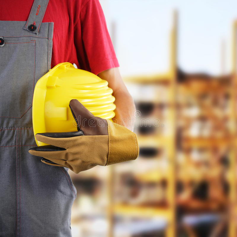 Pracownika budowlanego mienia hełm obraz stock