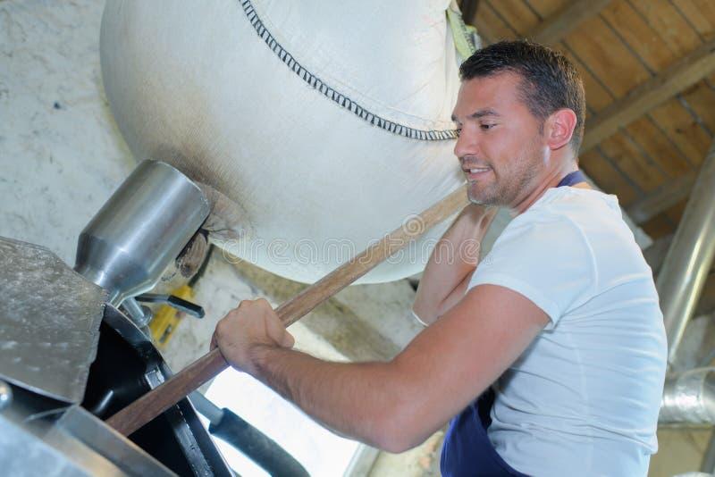 Pracownika budowlanego narządzania cement zdjęcia stock