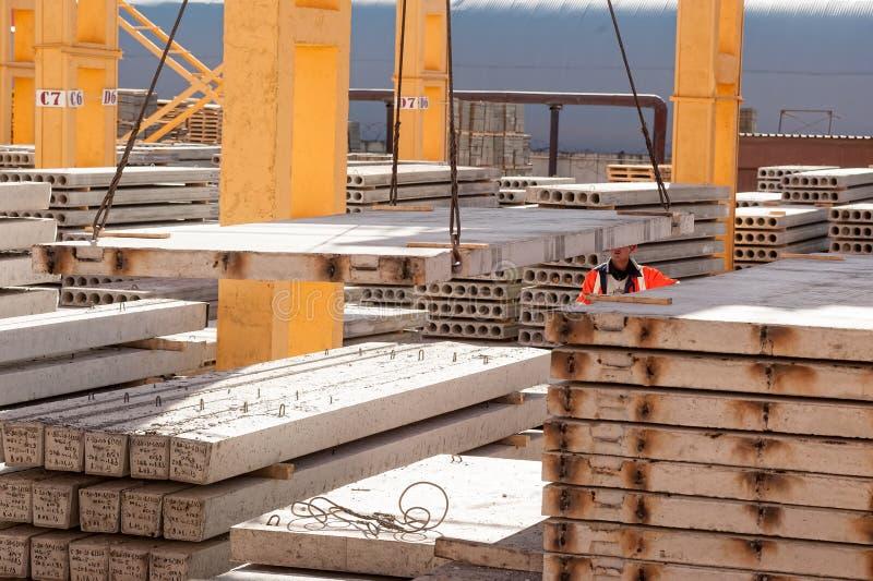 Pracownika budowniczy kieruje budowa proces obraz royalty free
