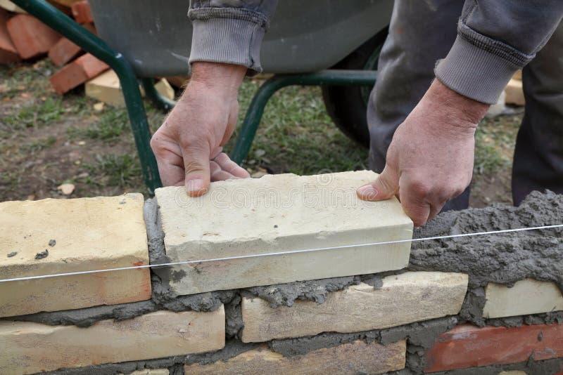 Pracownika budynku ściana z cegieł obrazy royalty free