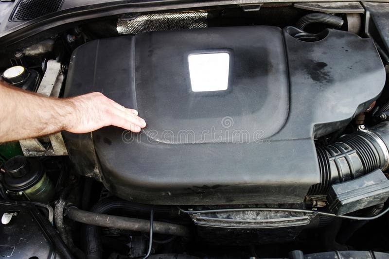 Pracownika czeka samochodu dieslowski silnik zdjęcie royalty free