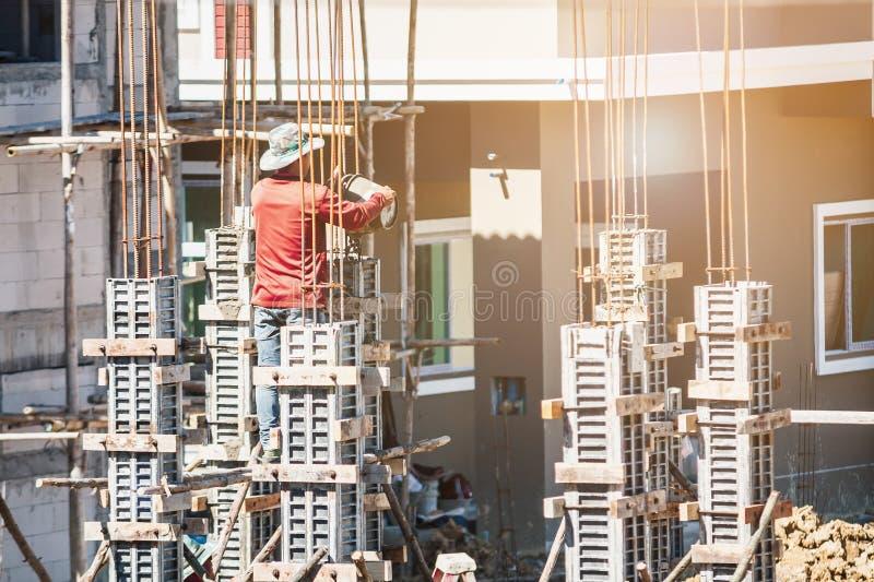 Pracownika dolewania beton formwork przy budową obraz stock