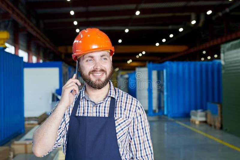 Pracownika Fabrycznego mówienie telefonem zdjęcie stock