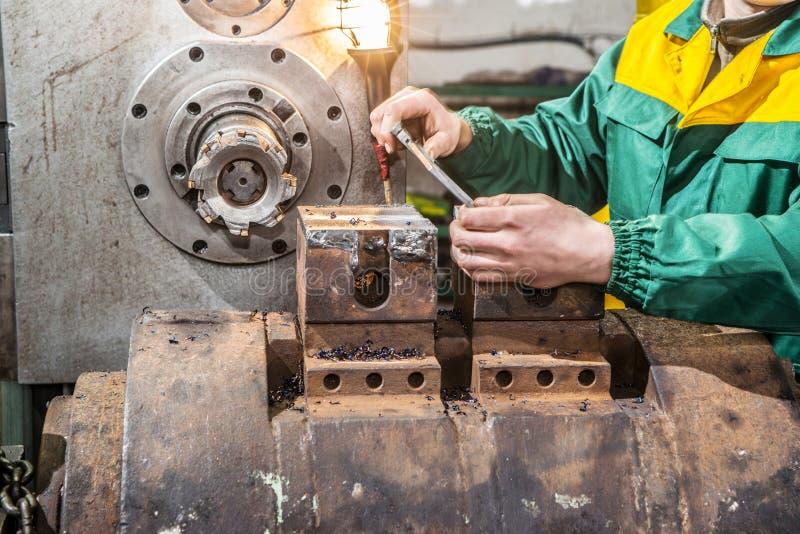 Pracownika fabrycznego szczegółu z cyfrową caliper leniwką du miara zdjęcie stock