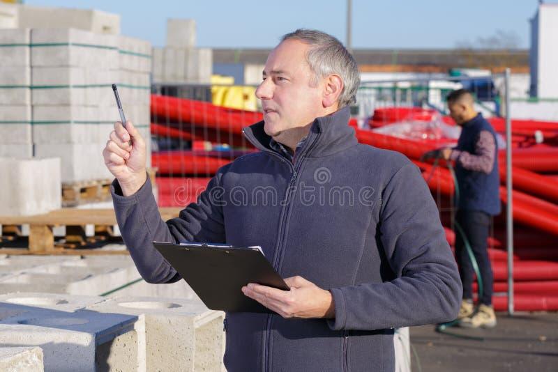 Pracownika inżynier wskazuje przy budową obraz royalty free