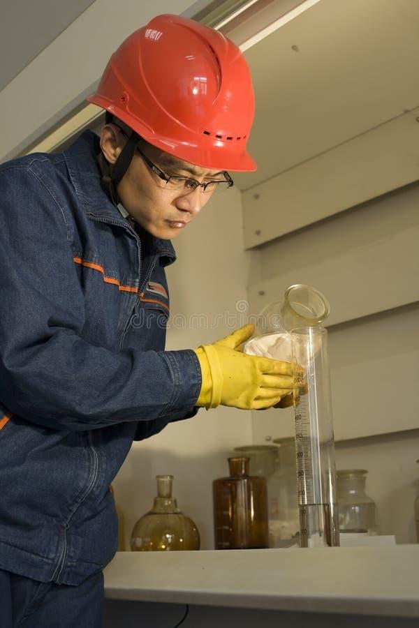 pracownika laborancki probierczy działanie obraz stock