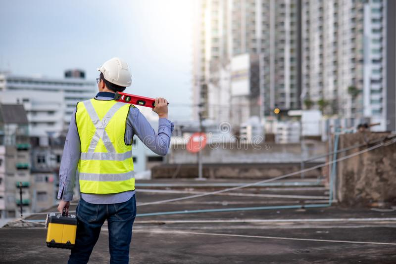 Pracownika mężczyzna trzyma spirytusowego pozioma pudełko i narzędzie fotografia stock