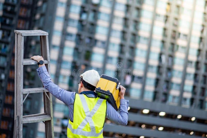 Pracownika mężczyzny przewożenia aluminiowa drabina i narzędzie boksujemy obrazy stock