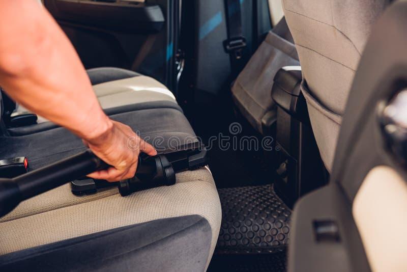 Pracownika mężczyzny pyłu czyści wewnętrzna próżnia wśrodku samochodu zdjęcie stock