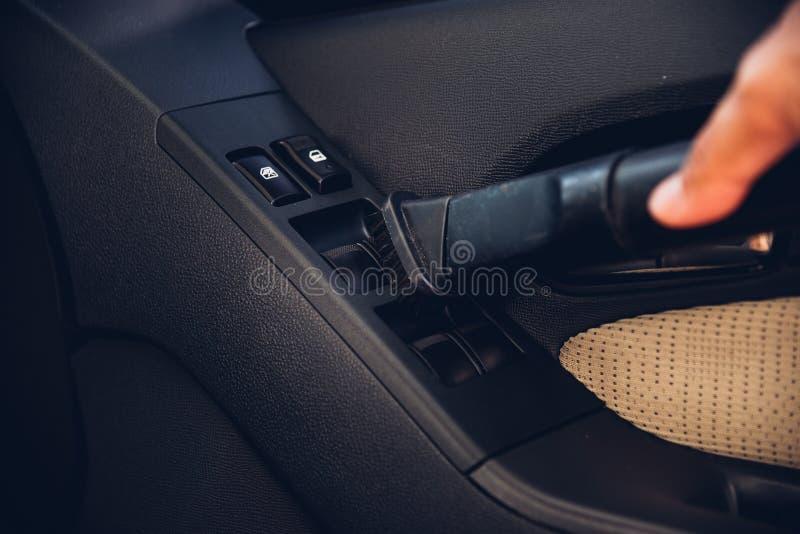 Pracownika mężczyzny pyłu czyści wewnętrzna próżnia wśrodku samochodu obraz stock